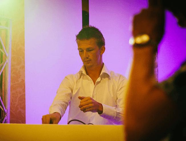 DJ Martijn Alserda tijdens een huwelijks feest in Leeuwarden
