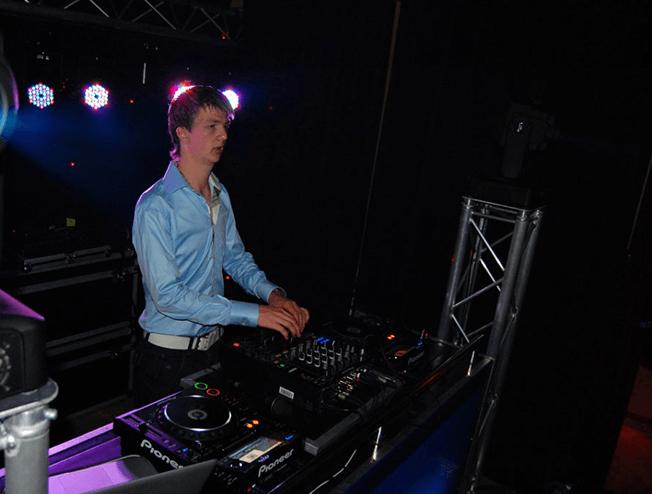 DJ Martijn Alserda tijdens een intieme bruiloft in Zuidhorn