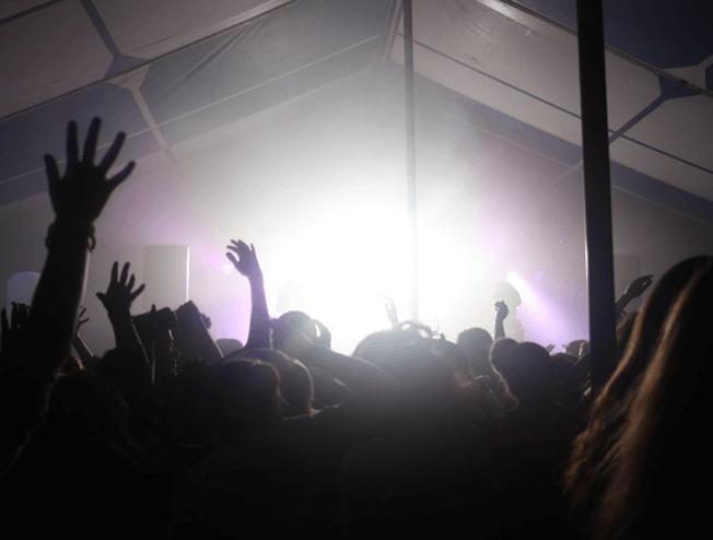 Tentfeest dj nodig voor je dorpsfeest of feestweek?